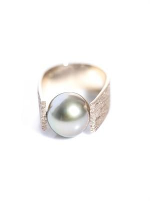 Grey pearl and beige gold ring