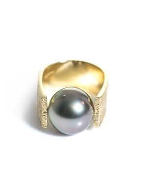 Grey pearl and gold pinky ring