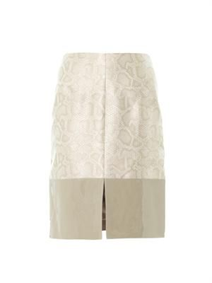 Snake-effect contrast panel skirt