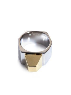 Clous pyramid ring